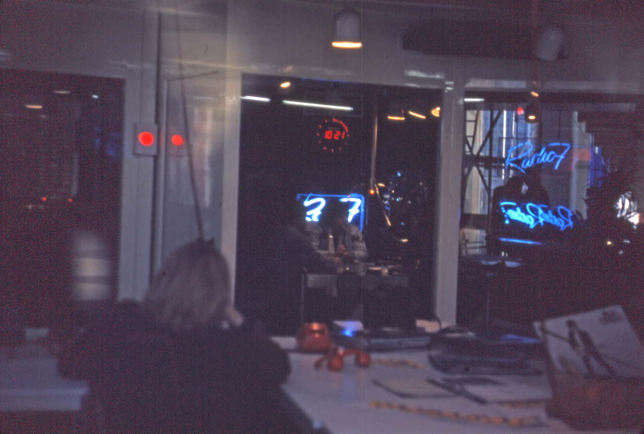 Le studio de Radio 7 en 1980 (Crédits : <a href='https://fr.wikipedia.org/wiki/Radio_7#/media/File:Radio_7_en_1980.jpg' target='_blank' rel='noopener'>Wikipédia</a>)