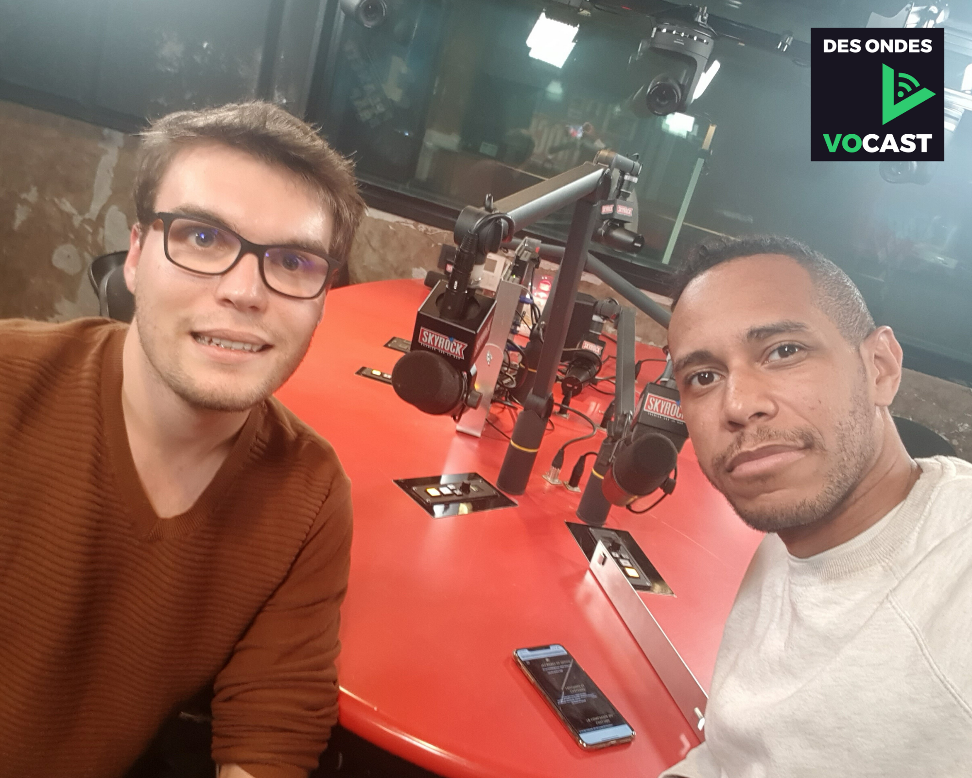 Photo prise lors de l'enregistrement du podcast, dans le studio de Planète Rap (Skyrock, Rue Greneta, Paris). Sur la photo : M'rik à droite, Anthony Gourraud à gauche